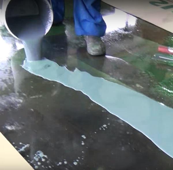 applying-anti-slip-epoxy-flooring-1